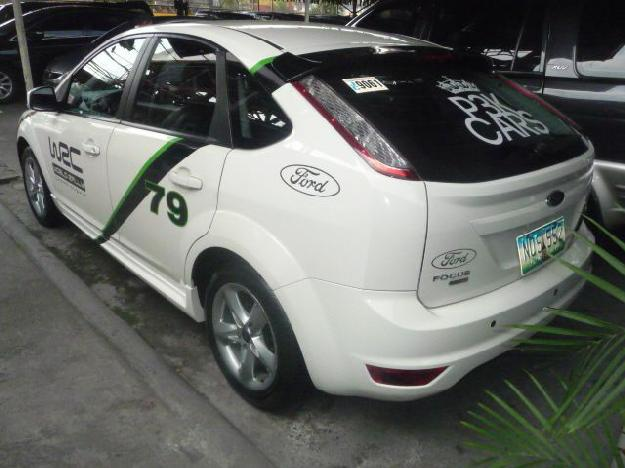 White Ford Focus 2010 photo