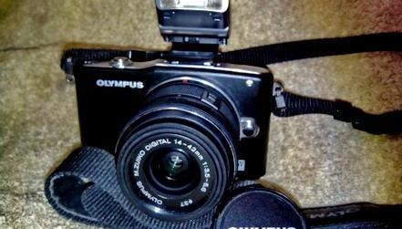 Olympus E-PM1 Kit with 14-42 IIR Lens photo
