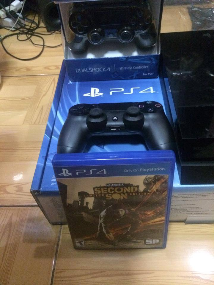 PS4 500 GB Complete with 2 Controllers at 1 Game photo