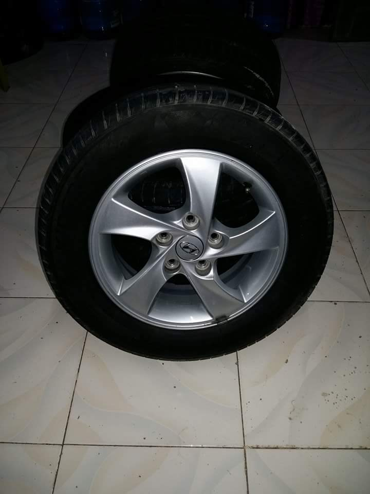 Hyundai Elantra Rim and Tire photo