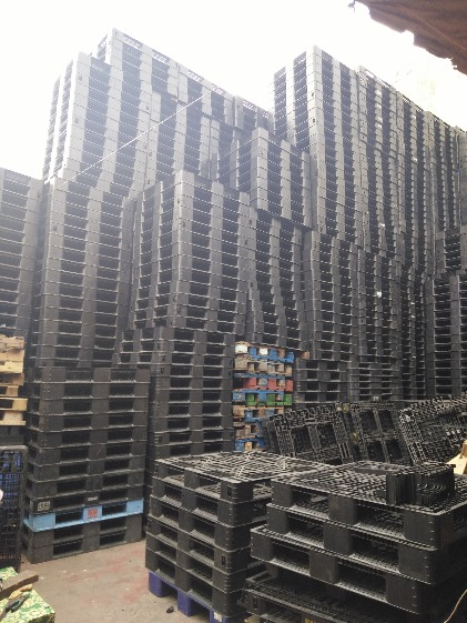 FOR SALE! PLASTIC PALLET MEDIUM DUTY photo