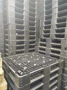 For sale plastic pallet and wooden pallets photo