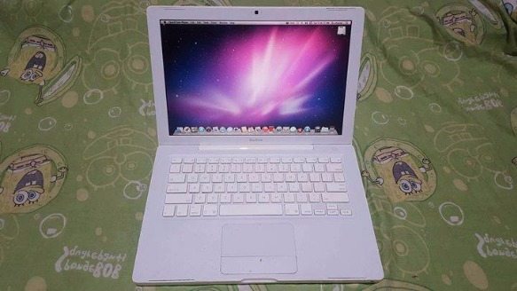 Apple MacBook White Smooth with Paid Apps photo