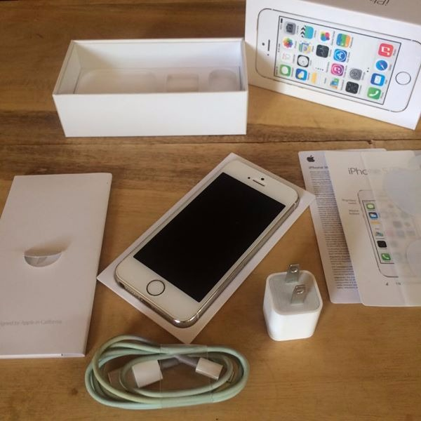 iPhone 5s with ORIGINAL Accesories photo