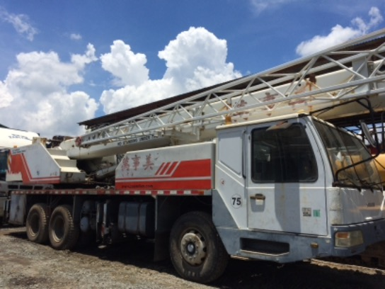 Truck mounted crane photo