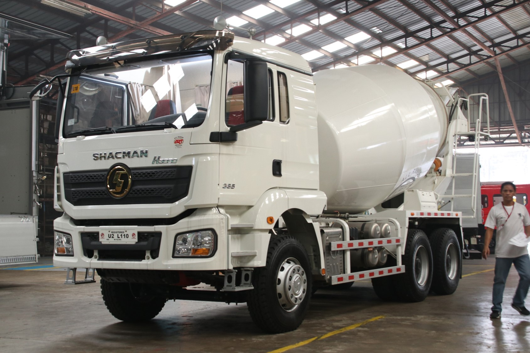 Shacman H3000 6x4 Cement Mixer Truck 10 wheeler SX5256GJBHT384C photo